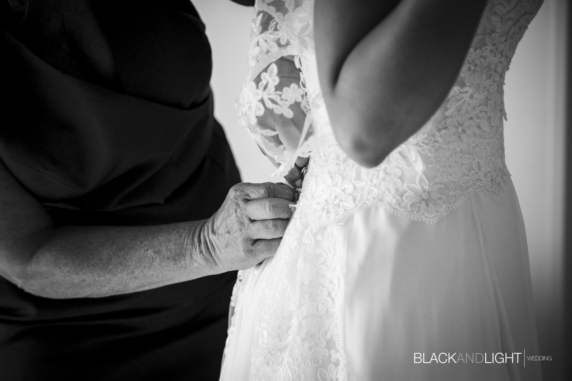 Dettaglio chiusura abito sposa